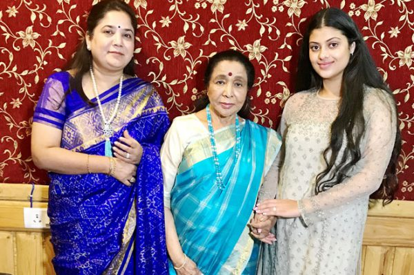 Rajita-Kulkarni,-Asha-Bhosle-and-Zanai-Bhosle-3-at-the-announcement-of-their-songs-in-gratitude-to-Gurudev-Sri-Sri-Ravi-Shankar-at-Pancham-Studios,-Andheri-W